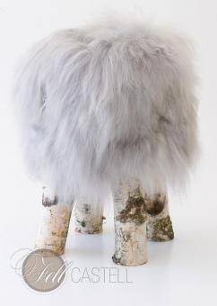 Fellhocker mit Island Schaffell Bezug Grau Birkenholz Beine