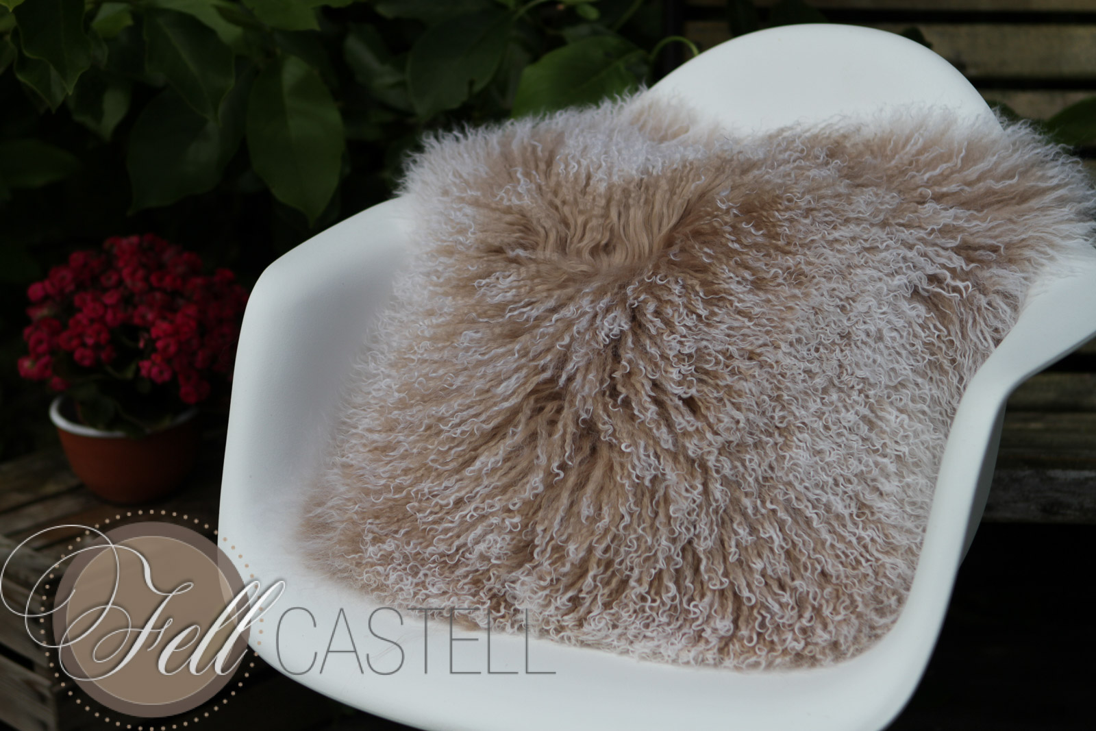 Kissen aus Tibetlammfell beige / snow tops 30 x 30 cm