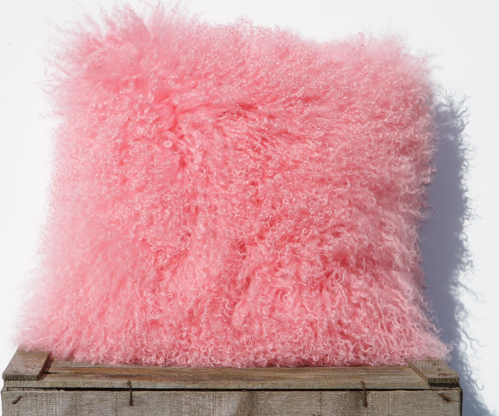 Tibet Lammfell Kissen Light Pink Tibetfell Sofakissen Zottelkissen Rosa 40 x 40 cm