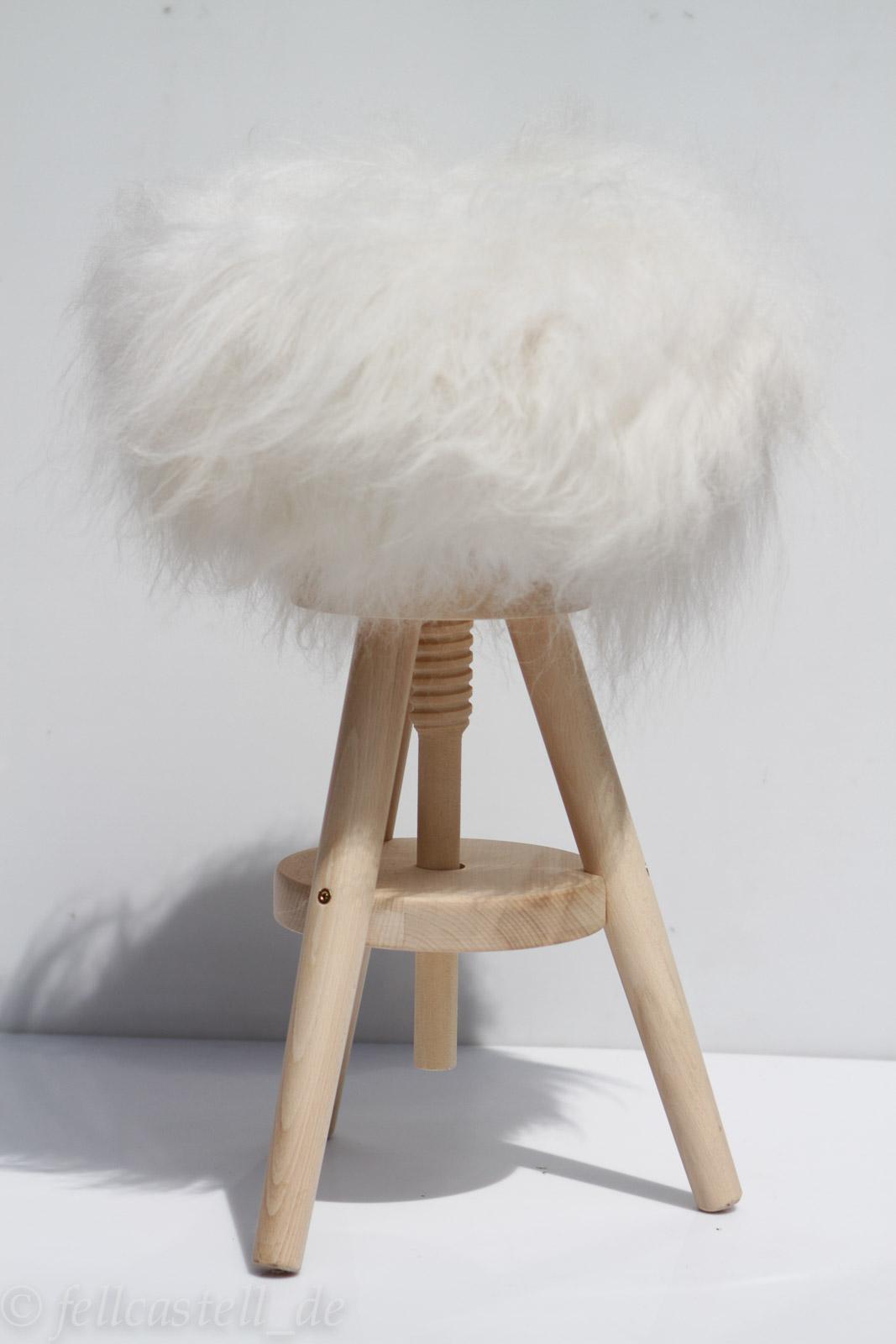 hocker mit fell stunning hocker mit fell with hocker mit fell amazing cm hocker mit massiv. Black Bedroom Furniture Sets. Home Design Ideas