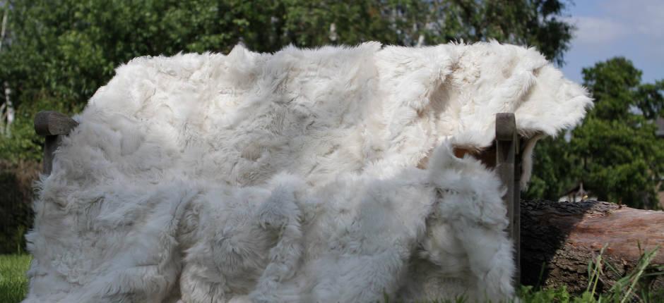 Kissen aus Tibetlammfell beige / snow tops 45 x 45 cm